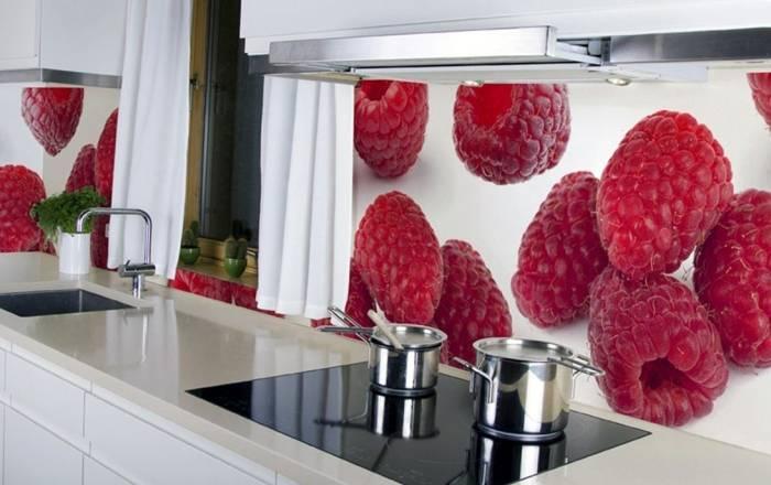 Крупные ягоды малины на кухонной стене