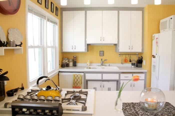 Желтые обои на небольшой кухне