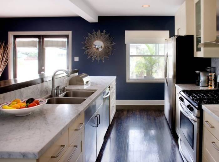 Использование темных цветов в большой кухне