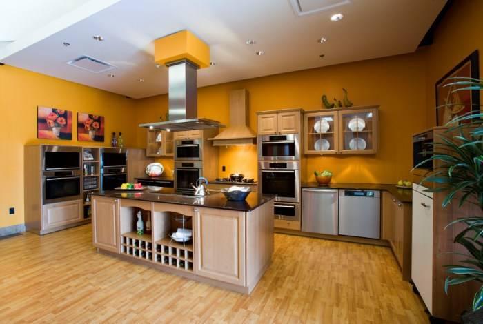 Уютная атмосфера на громадной кухне