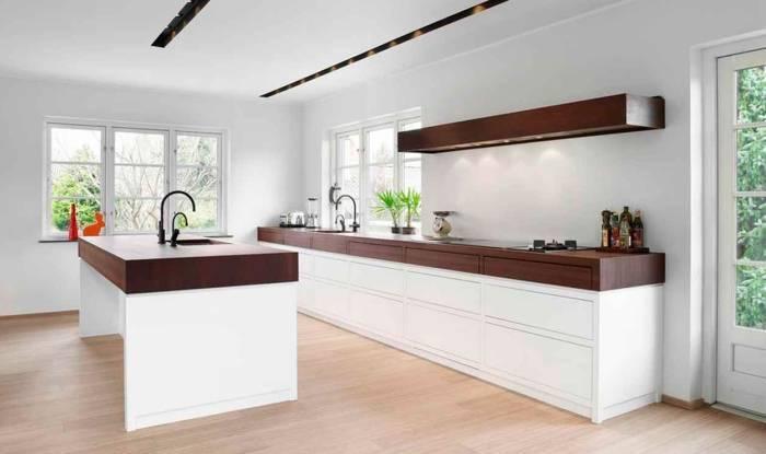 Простой дизайн большой кухни в доме