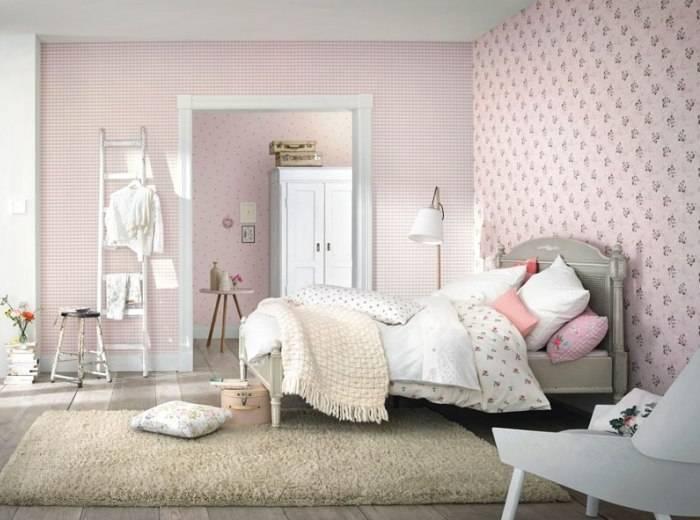 Использование в спальне розовых обоев