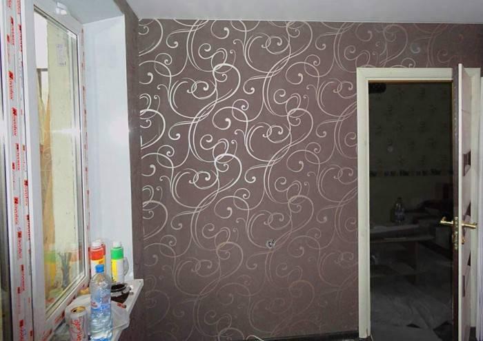 Полотна обоев приклеены к стене
