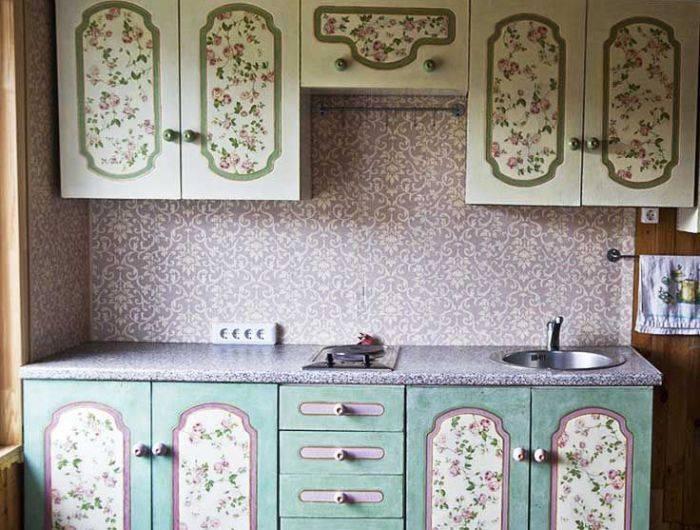 Использование обоев для декорирования шкафов на кухне