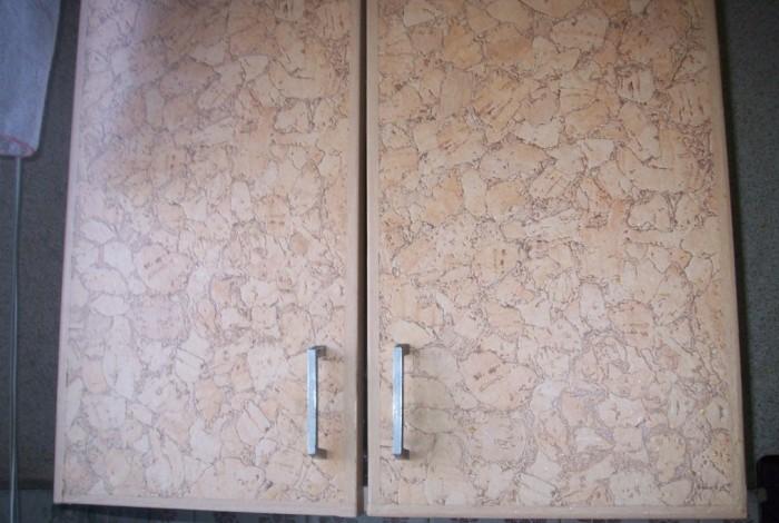 Стандартный шкаф на кухне, оклеенный обоями
