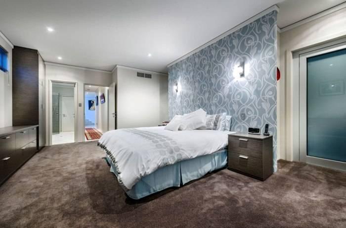 Использование в спальне обоев с интересным узором