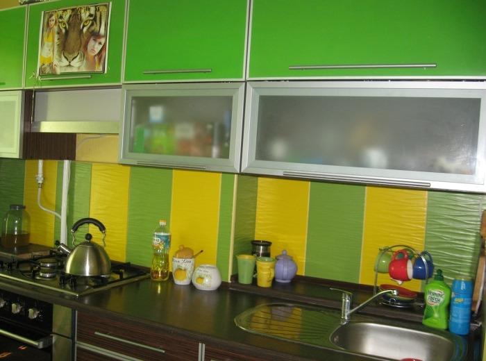 Красивая цветная кухня