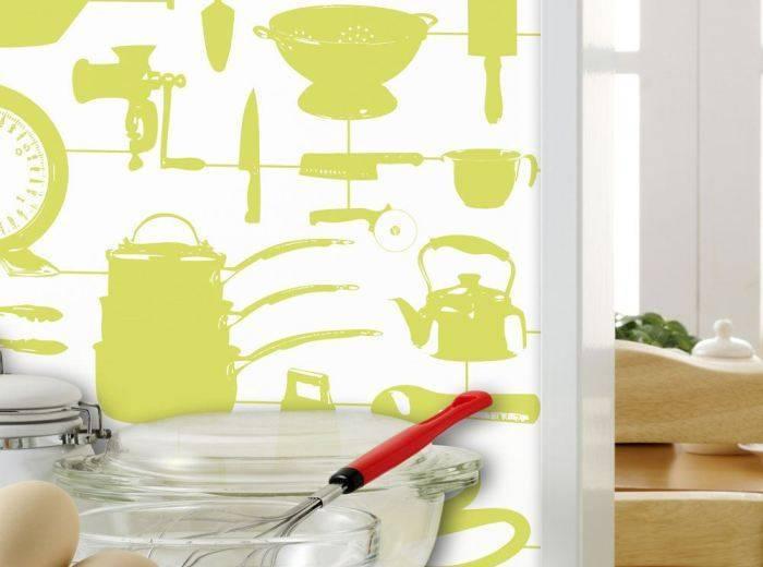 Кухонная утварь фисташкового цвета на белых обоях