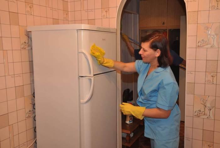 Типичная отечественная кухня оклеена моющимися обоями