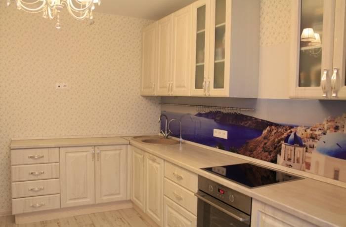 Простой интерьер кухни в светлых тонах