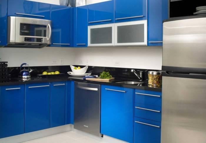 Контрастный интерьер небольшой кухни