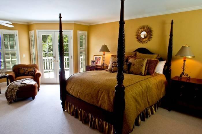 Применение горчичных обоев в спальне
