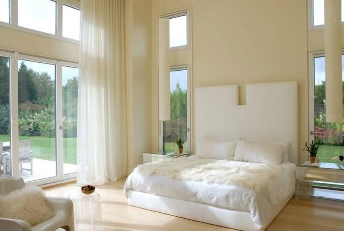 Спокойный интерьер большой спальни в доме
