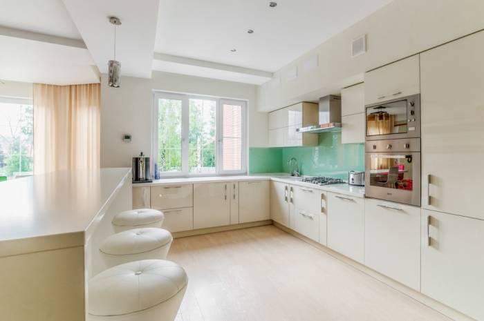 Светлый интерьер кухни больших размеров