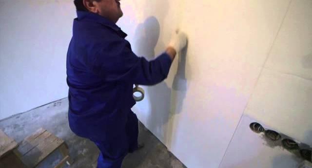 Поклейка кусков подложки на стены комнаты