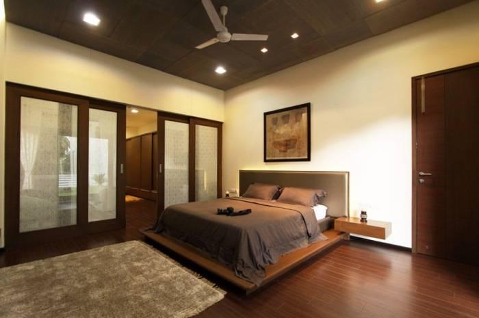 Контрастная спальня в мягких тонах