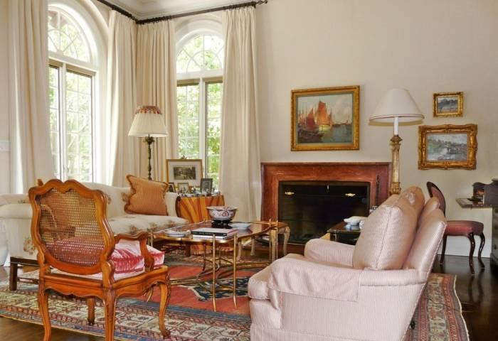 Качественный интерьер гостиной в небольшом доме