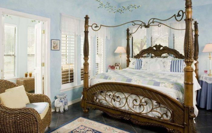 Небольшая спальня с огромной кроватью