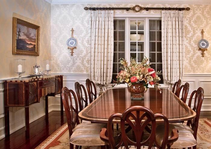 Роскошный интерьер столовой в большом доме