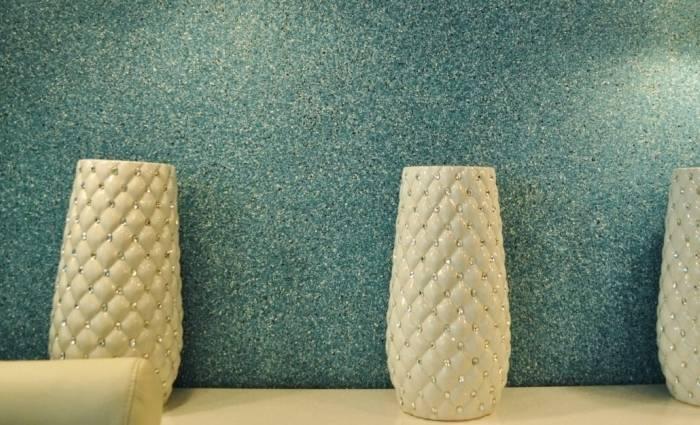 Фактурная стена отделанная декоративной штукатуркой