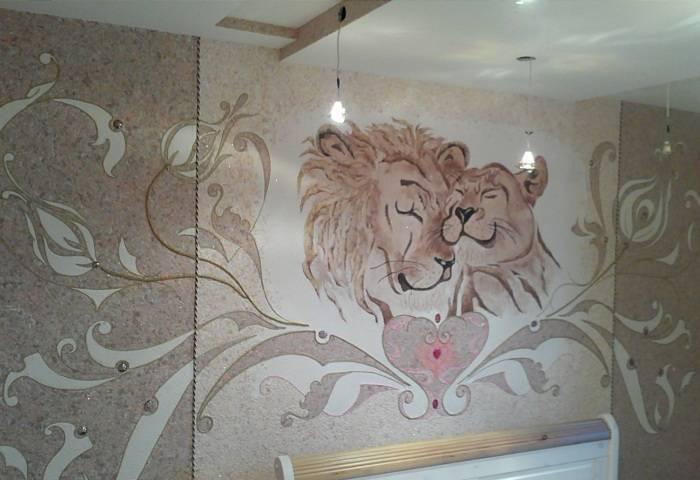 Отличный рисунок на стене поверх жидких обоев