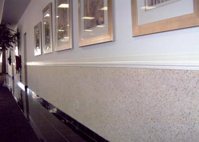 Комбинированная отделка стен в длинном коридоре