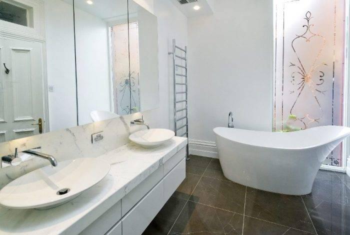 Большая и светлая ванная комната