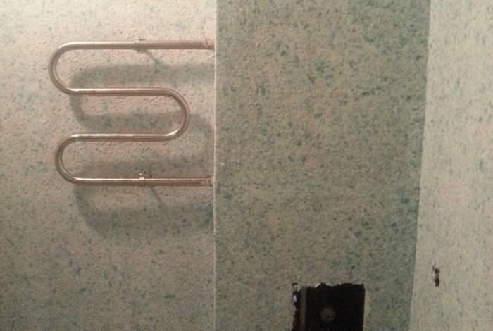 Нанесение смеси на стены в ванной