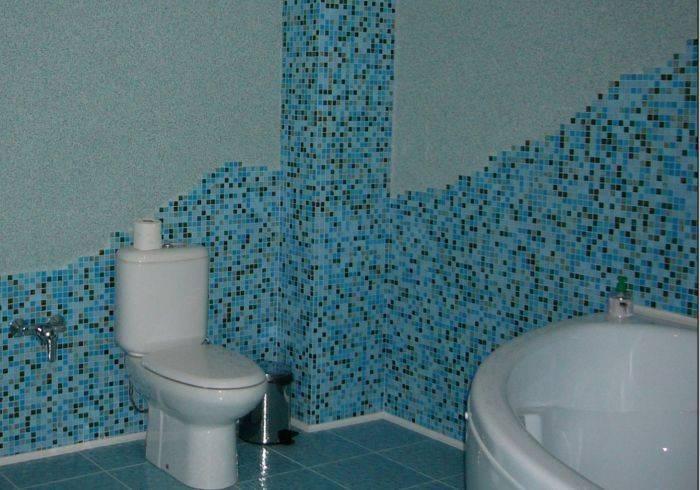 Использование нескольких отделочных материалов в ванной