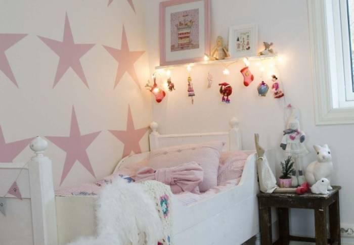 Светлые стены в детской комнате