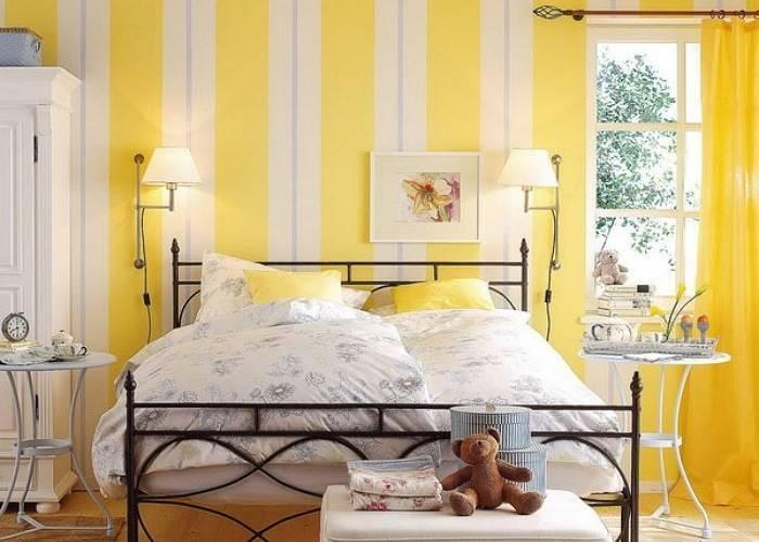 Светлые полосатые обои в спальне