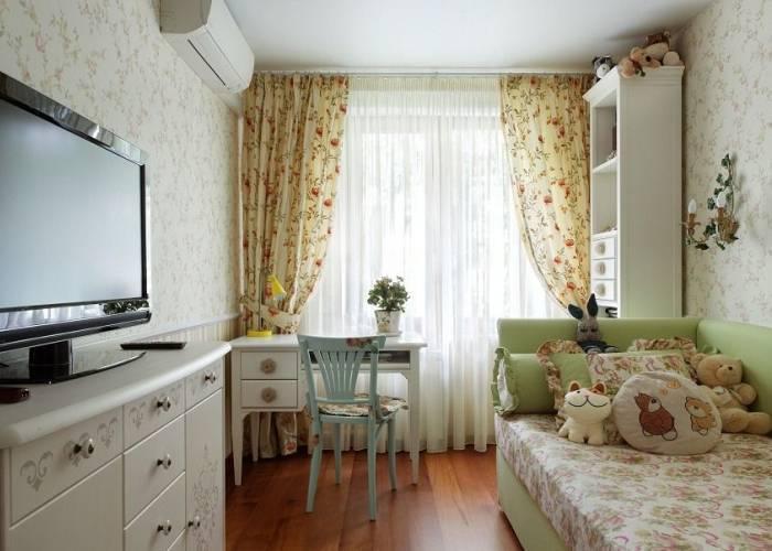 Обои с цветами в небольшой комнате