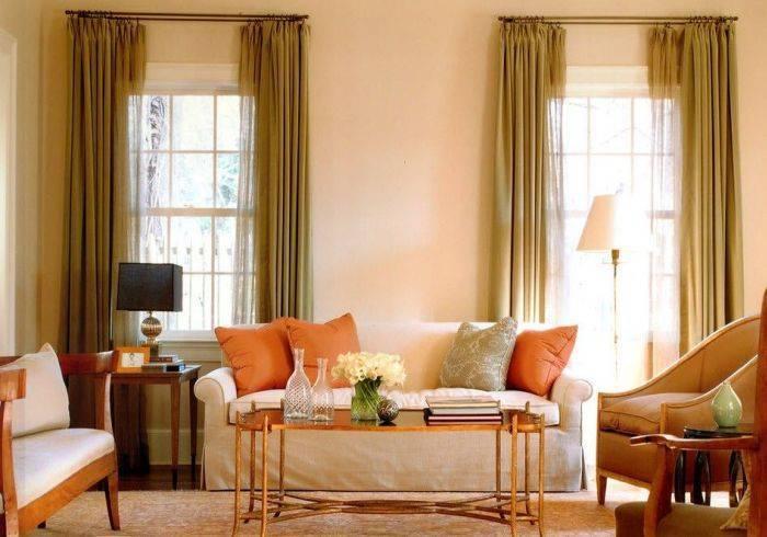Хорошо освещенная гостиная комната