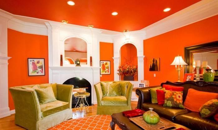 Яркий потолок в яркой гостиной