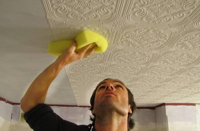 Наклеивание на потолок обоев под покраску