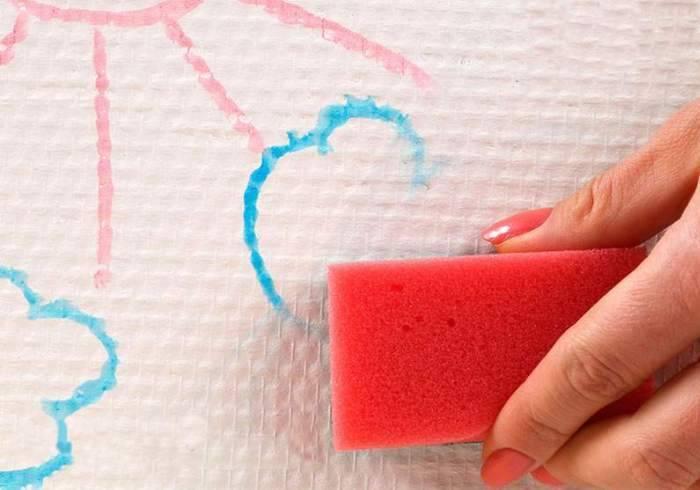 Мытье стеклообоев на стене
