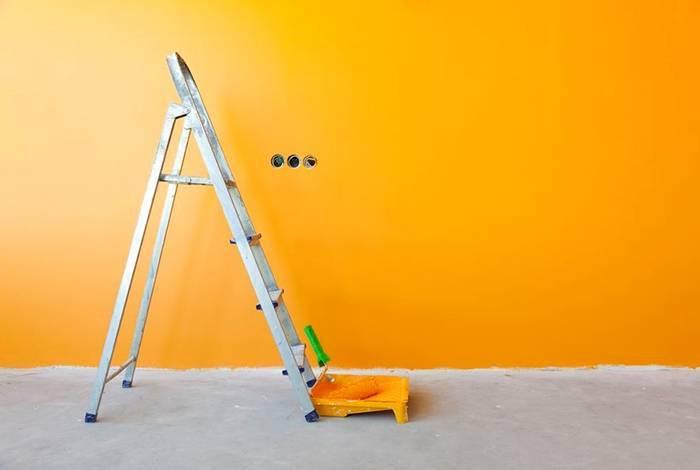 Стена покрашена яркой и сочной краской