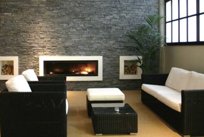Отделка стены с имитацией камня в гостиной