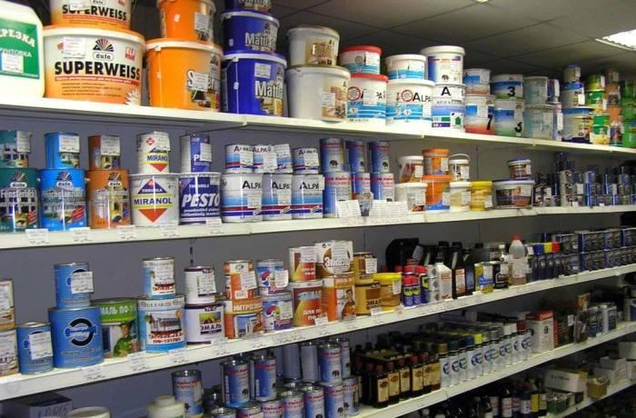 Ассортимент красок в магазине строительной тематики