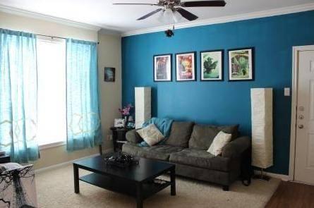 Контрастный интерьер большой комнаты