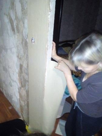 Работа по оклейке стены